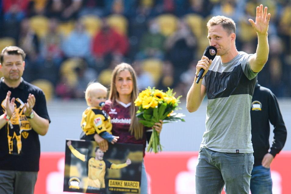 Noch einmal spricht Marco Hartmann zu den Dynamo-Fans, kämpft dabei mit den Tränen: Es ist ein sehr emotionaler Abschied des Ex-Kapitäns, seine Frau Julia und Sohn Mats sind auf dem Rasen dabei.
