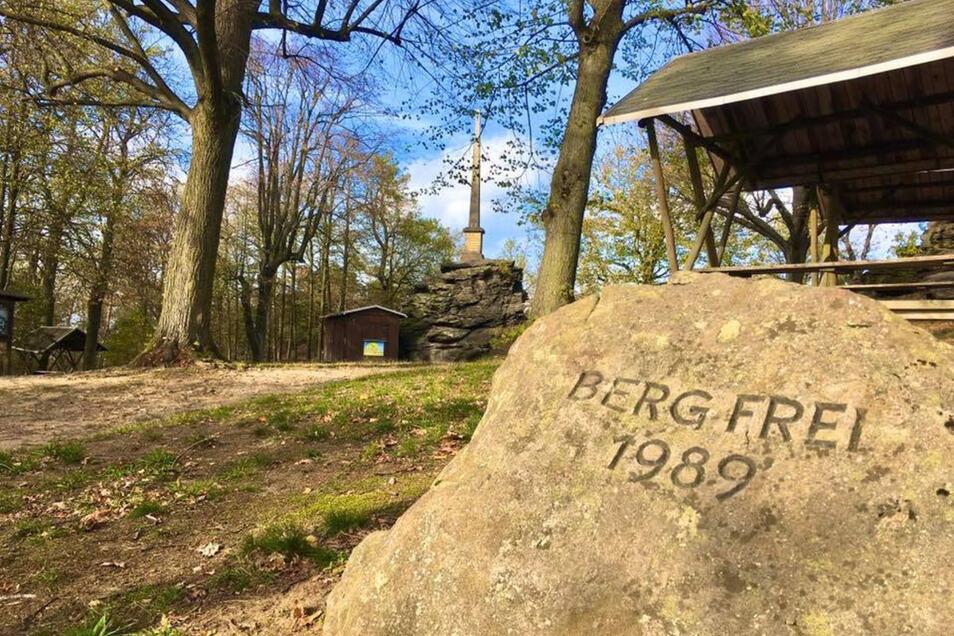 An den Marsch von 1989 erinnert auch dieser Gedenkstein auf dem Gipfel. Hier kommen am kommenden Sonntag wieder viele Menschen hoch. Der Heimatverein hat zum Berg-frei!-Fest eingeladen.