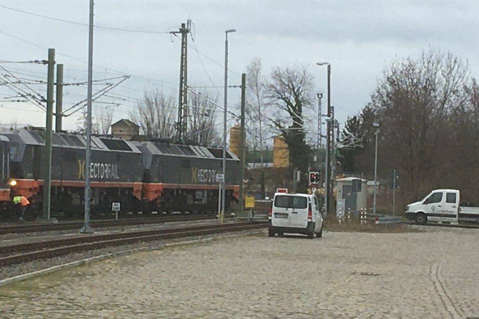 Am Cottbuser Bahnhof in Großenhain konnte dieser Güterzug nicht weiterfahren, vermutlich gab es eine Störung an der Oberleitung.