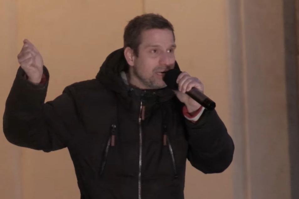 """Auf der """"Querdenker-Demo in Berlin sagte am Wochenende dieser Redner: Es kotze ihn an, dass man als Nicht-Maskenträger ständig ein Attest oder seine Medikamente vorzeigen müsse und """"sich wie ein Jude in den Dreißigerjahren fühlt""""."""