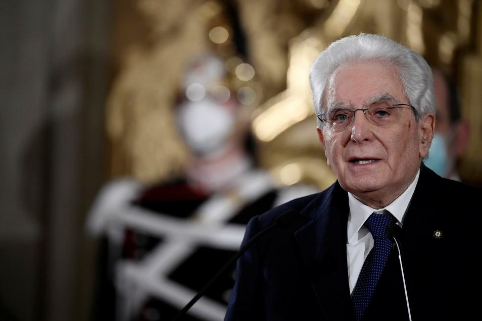 #Sergio Mattarella, Präsident von Italien, spricht zu den Medien nach einem Treffen mit dem Sprecher des italienischen Unterhauses Fico.