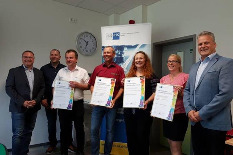 Vertreter der neuen Partnerbetriebe, Neukirchs Bürgermeister , der Leiter der Oberschule und die Praxisberaterin besiegelten die Zusammenarbeit.