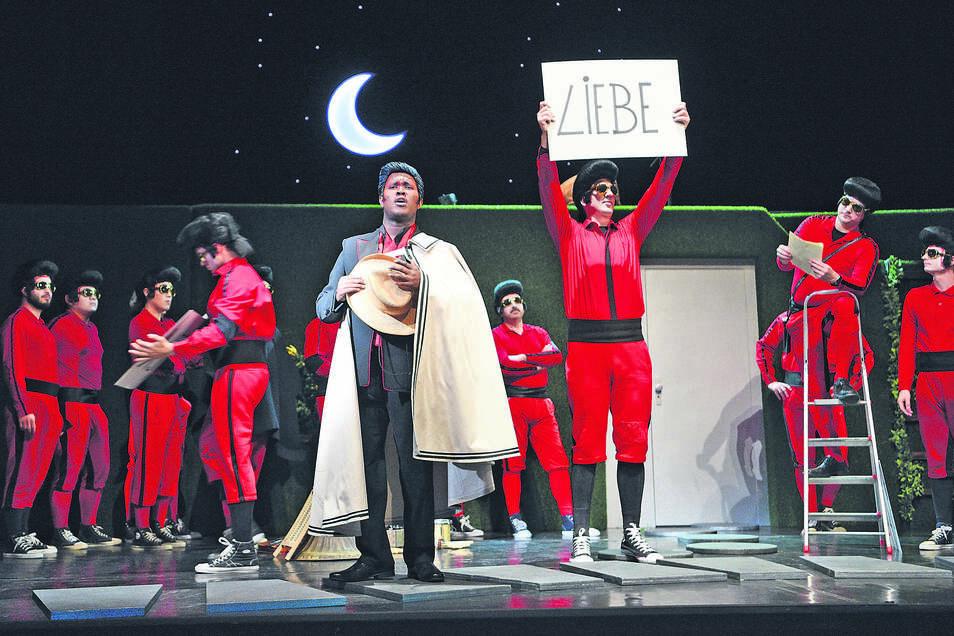 """Nur von Liebe kann Graf Almaviva (Tembi Nkosi) in der Neuinszenierung von Rossinis Oper """"Der Barbier von Sevilla"""" nicht leben – und die Mitarbeiter des Gerhart-Hauptmann-Theaters auch nicht."""