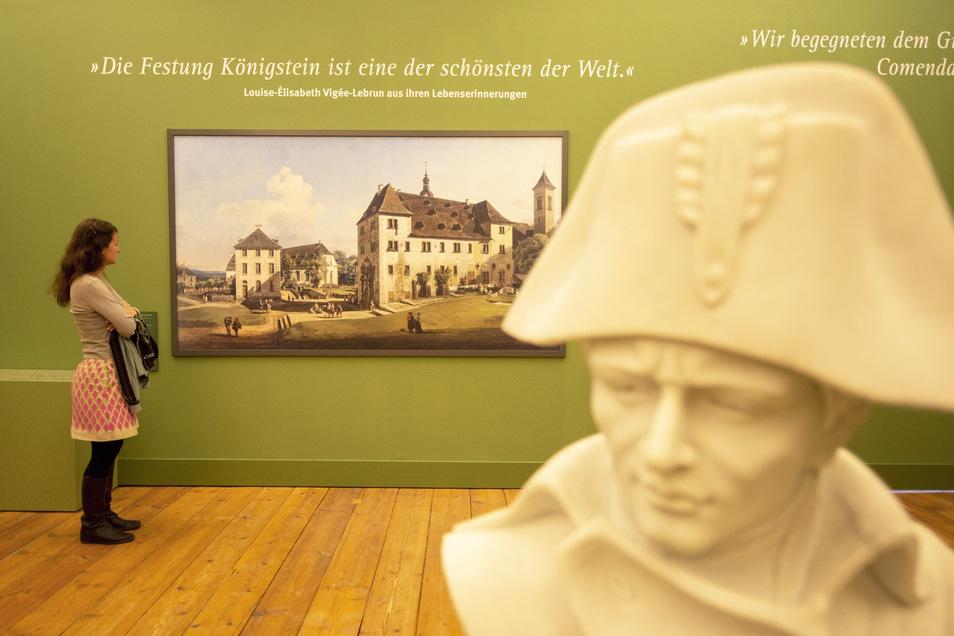 Ein Blick in die Ausstellung: eine Büste von Napoleon und die Reproduktion eines Gemäldes von Canaletto.