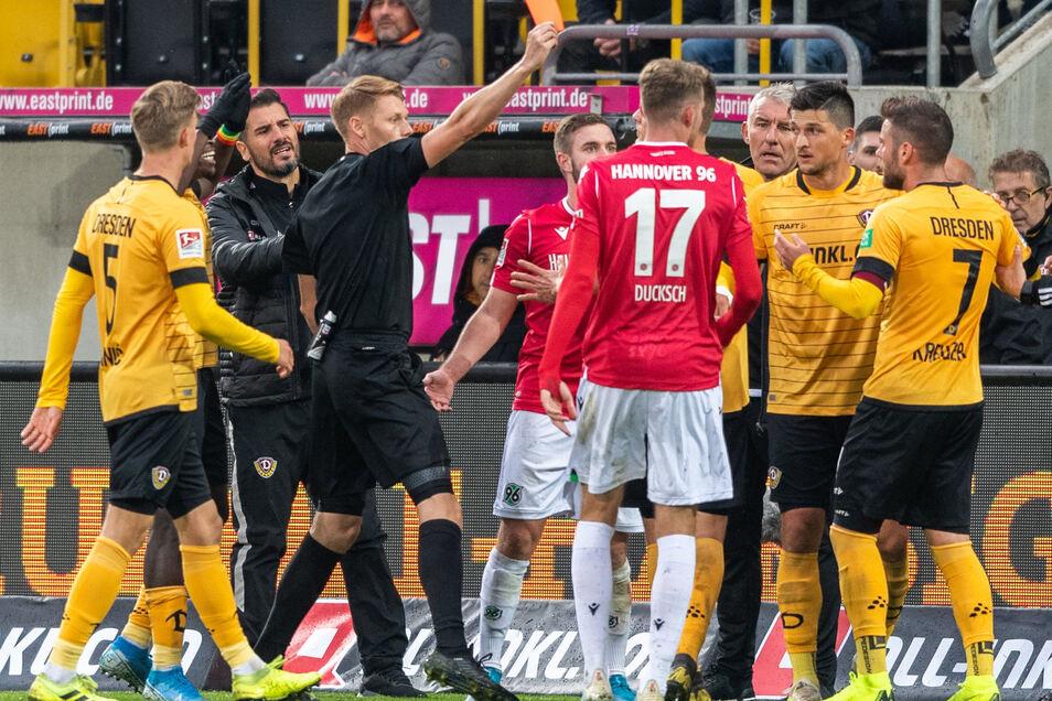 Ein Tiefpunkt für Niklas Kreuzer (r.) in der vorigen Saison: Schiedsrichter Christian Dingert (3. v. l.) zeigt ihm im Spiel gegen Hannover 96 die Rote Karte. Dynamo verliert zu Hause mit 0:2.