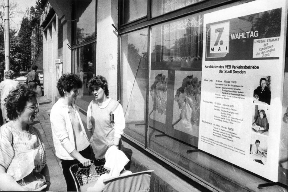 Wahlwerbung im Sozialismus: Die Kandidaten aus den Verkehrsbetrieben für die Kommunalwahl am 7. Mai 1989 auf einem Plakat am Platz der Einheit, dem jetzigen Albertplatz.