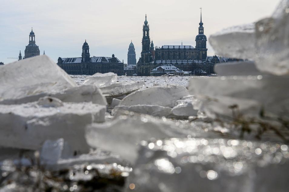 Bald taut das Eis an der Elbe. Aber mit einem Hochwasser müssen die Dresdner vorerst nicht rechnen.