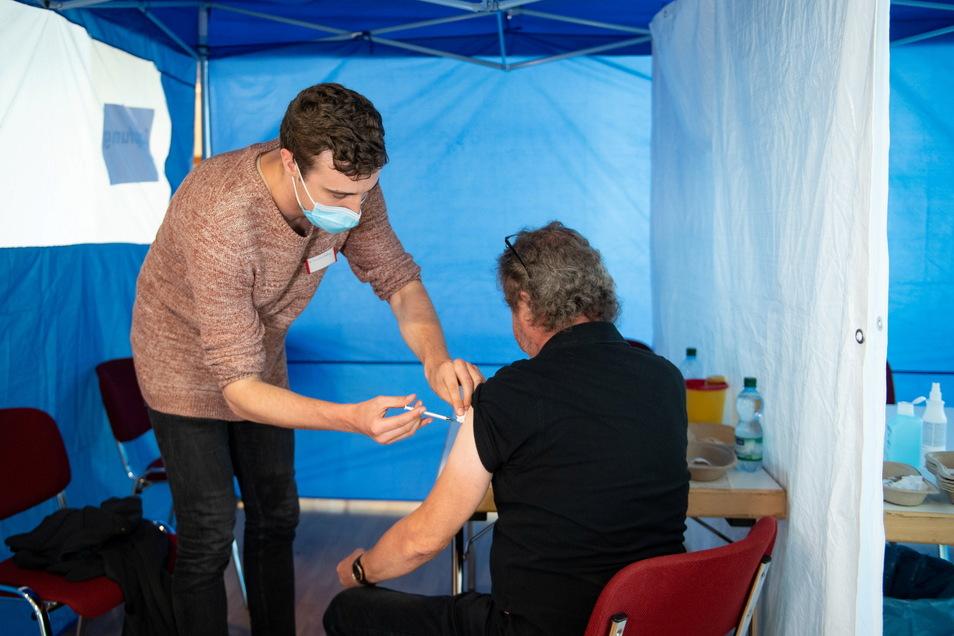 Ein Mann lässt sich im Kulturhaus von Impfarzt Albert Tauchert gegen das Coronavirus impfen.