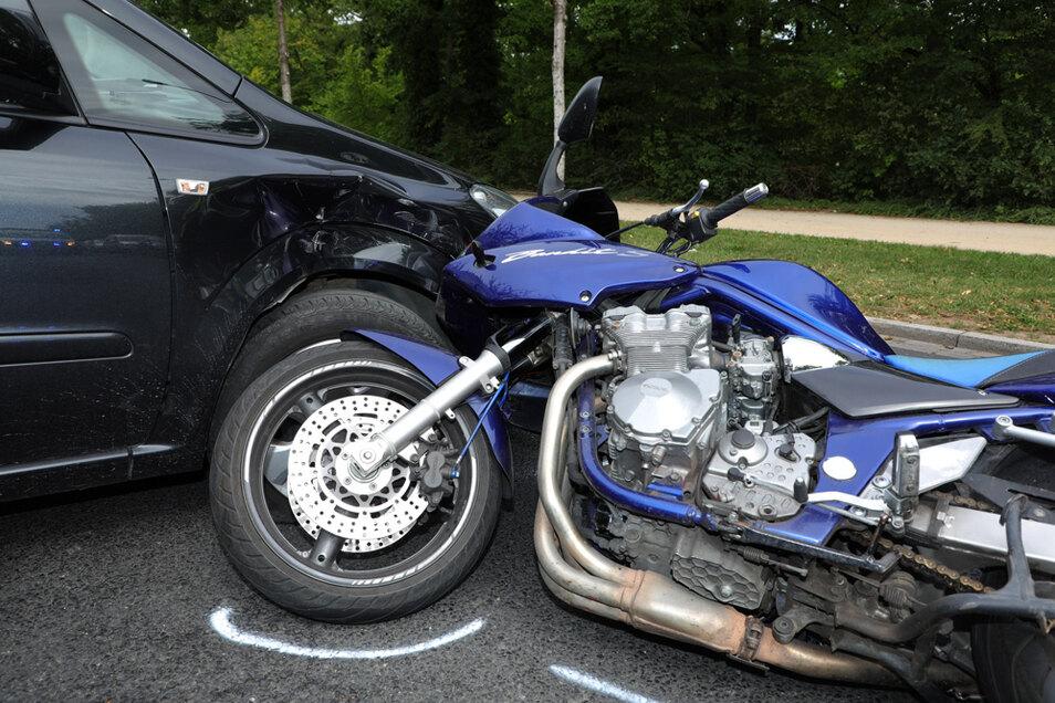 Der Fahrer des Motorrades stürzte wegen des Aufpralls.