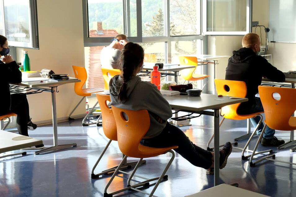 In Corona-Zeiten ist Abschreiben komplett unmöglich. Ein Blick in das Physik-Prüfungszimmer am Freitagmorgen im Meißner Gymnasium Franziskaneum.