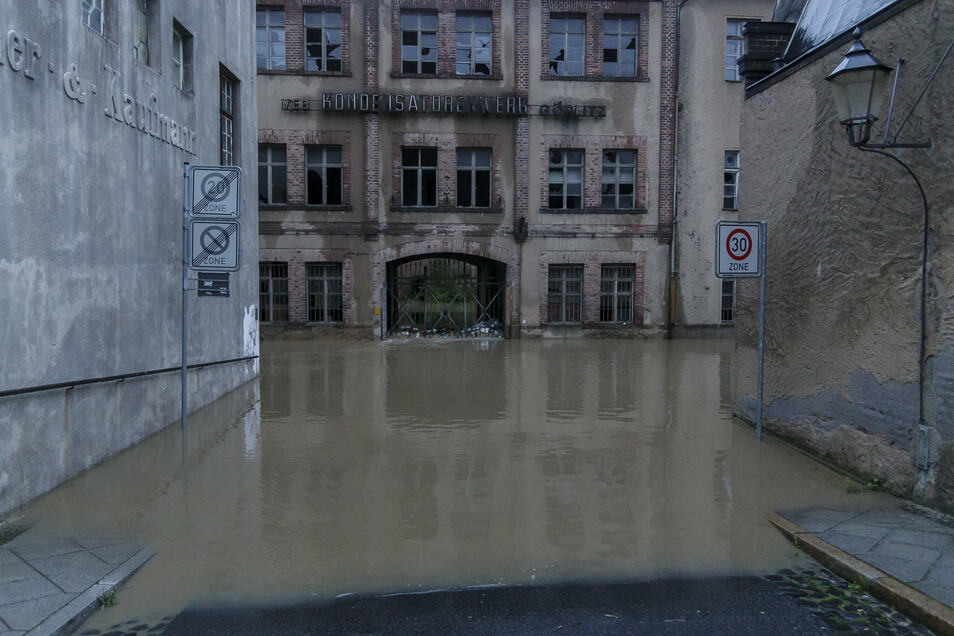 Das ehemalige Kondensatorenwerk stand genauso im Wasser wie die Häuser auf der anderen Straßenseite.