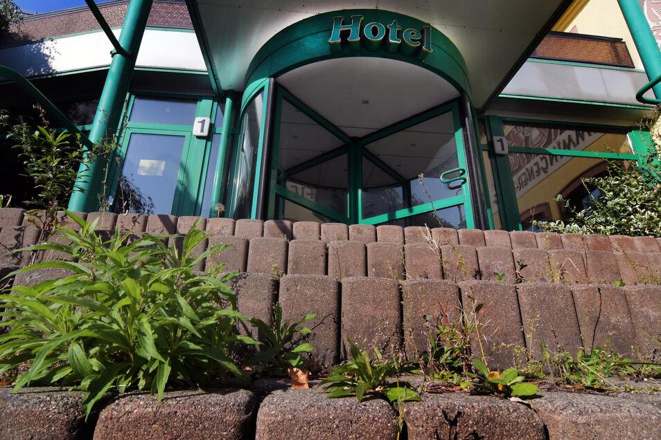 """Auf den Stufen zum Eingang des Hotels """"Flemmingener Hof"""" wächst Unkraut. Seit zwei Jahren ist das Hotel geschlossen."""