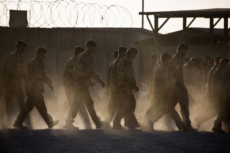 Die Bundeswehr stellt sich auf einen deutlich schnelleren Abzug aus Afghanistan ein.
