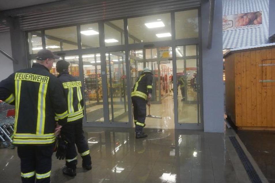 Bereits dreimal lief Regenwasser in den neuen Norma-Markt in Großharthau. Die Feuerwehr musste auch schon zum Wasserschieben ausrücken. Nun soll die Baufirma die Regenrinne verlängern.