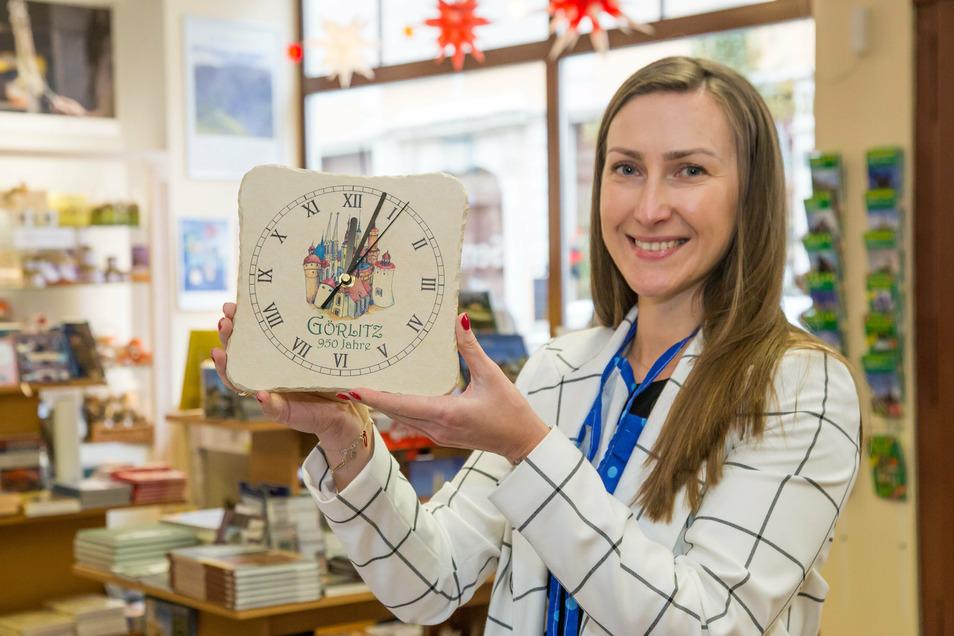 950 Jahre zum Anfassen: In der Schlesischen Schatztruhe gibt es schon erste Souvenirs zum 950. Geburtstag von Görlitz. Sybilla Mor zeigt eine 950-Jahre-Uhr.