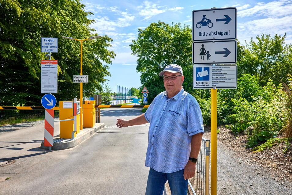 Jürgen Dipp betreibt den Badesee in Birkwitz. Es ärgert ihn, wenn einige Gäste ihre Autos nicht ordnungsgemäß auf dem Parkplatz abstellen, nur weil sie die Gebühr einsparen wollen.