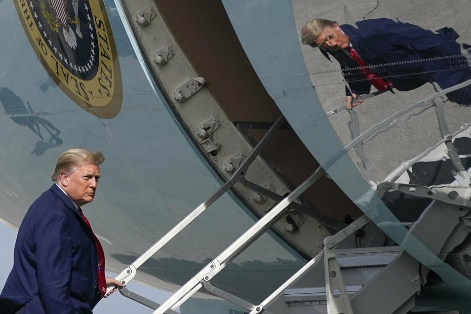 Donald Trump, Präsident der USA, steigt in die Air Force one, um nach Washington zurückzukehren.