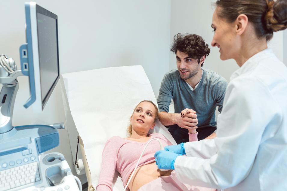In vielen Fällen erhalten junge Paare nach einer Kinderwunschbehandlung die ersehnte Nachricht, dass die Frau schwanger geworden ist.