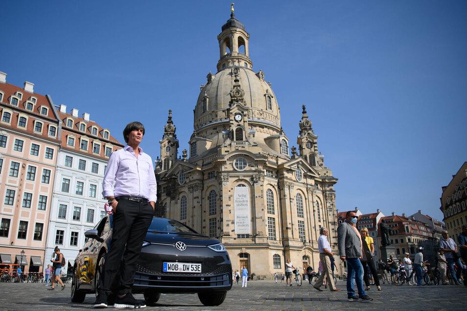 Zwischenstopp an der Frauenkirche: Bundestrainer Joachim Löw ist am Mittwoch in seinen neuen VW ID.3 durch Dresden gefahren.