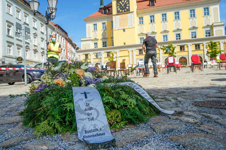 Selbst einen Kranz mit Schleife, worauf sie ihre Befürchtung ausdrückten, hatten die Teilnehmer der Aktion auf Bautzens Hauptmarkt besorgt.