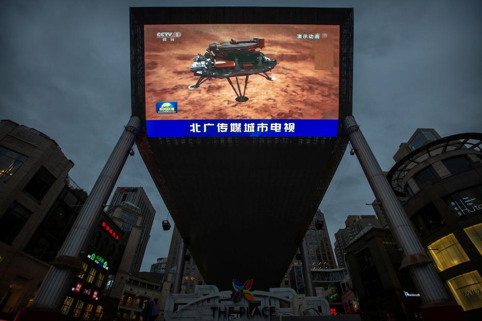 Eine von den chinesischen Staatsmedien ausgestrahlte Sendung über die Landung der Sonde auf dem Mars wird auf der Videowand eines Einkaufszentrums gezeigt.