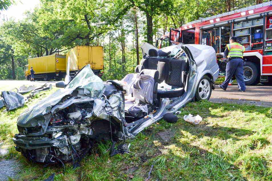 Tödlich endete für den Fahrer dieses Opels der Zusammenstoß mit einem Laster am Freitagnachmittag auf der B 97 bei Hoyerswerda.