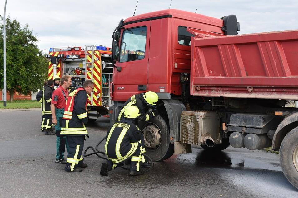 Mit Wasser kühlten die Feuerwehrleute aus Mockritz den Laster herunter, um ein erneutes Auffachen des Brandes zu verhindern.