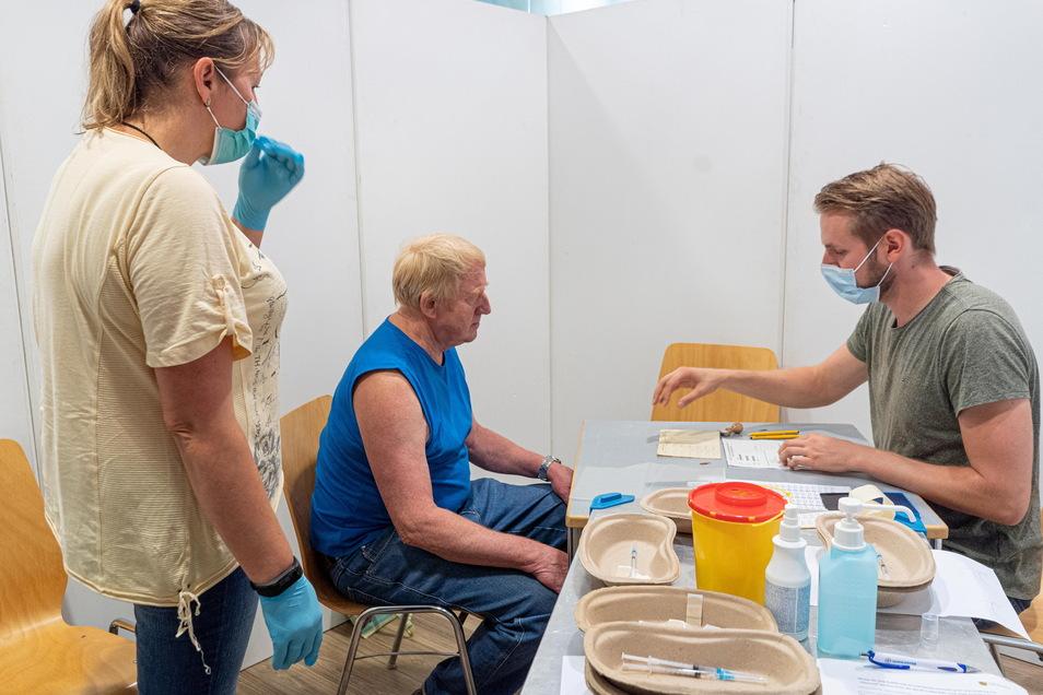 In einem derzeit ungenutzten Geschäft im Bautzen Kornmarkt-Center wurden Trennwände für die mobile Impf-Aktion aufgestellt. Um die Impfwilligen kümmerten sich unter anderem Arzt Mirko Vogler (r.) und Manja Arlt, die die Spritzen verabreichte.
