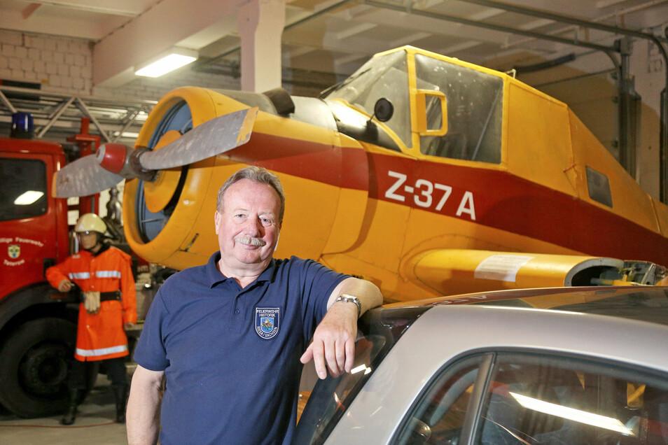 Vereinsvorsitzender Siegfried Bossack steht vor dem Agrarflugzeug, für das auf dem Gelände des Landesfeuerwehrmuseums in Zeithain ein Hangar gebaut werden soll.