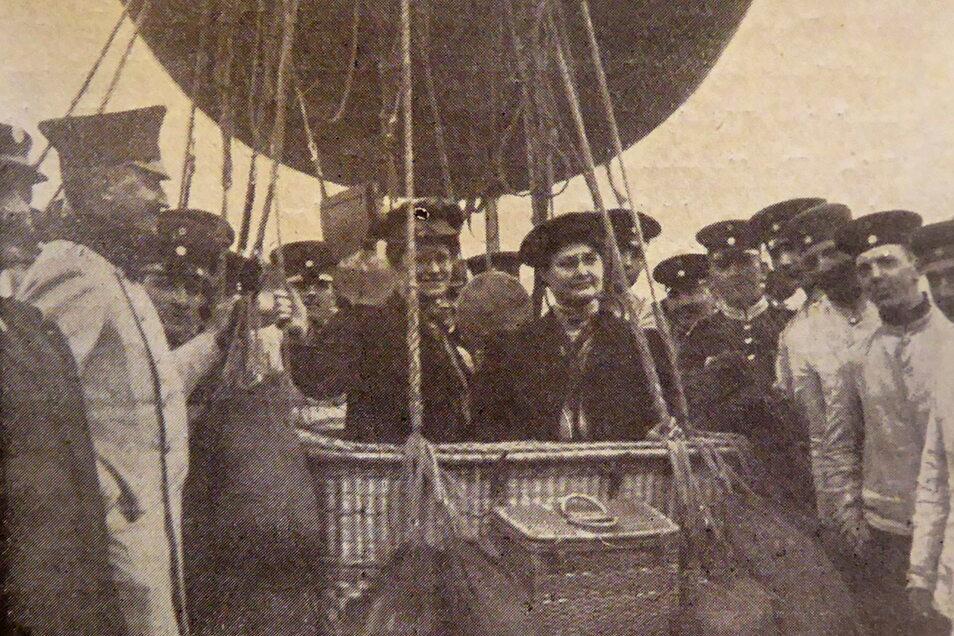Der sächsische König Friedrich August III. (l.) besuchte Margarete und Elisabeth Große 1910 vor dem Start an ihrem Ballon.
