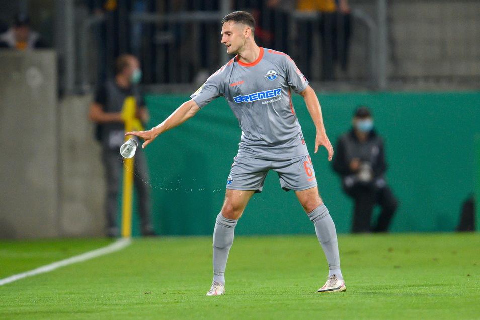 Auch daran merkt man, dass wieder Zuschauer im Stadion sind. Paderborns Marco Schuster beräumt das Spielfeld...