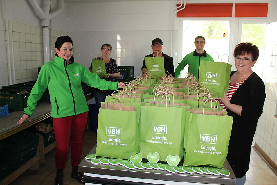 Madlen Krenz (rechts), Leiterin im Haus der Begegnungen, freut sich über 100 Frischepakete.