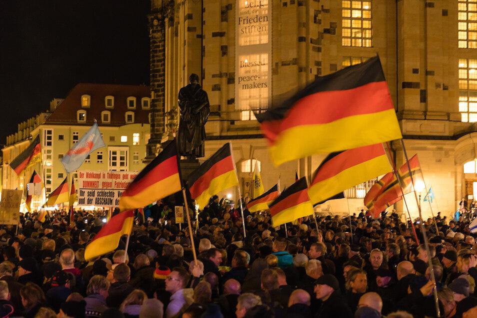 Pegida-Anhänger mit Deutschlandflaggen vor der Frauenkirche.