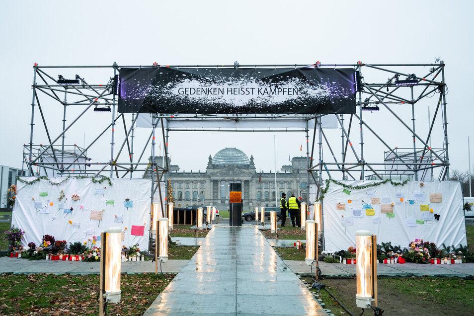 Die Installation vor dem Reichstag in Berlin am Dienstag. Am Mittwoch entschied sich die Künstlergruppe dazu, die Säule zu verhüllen.