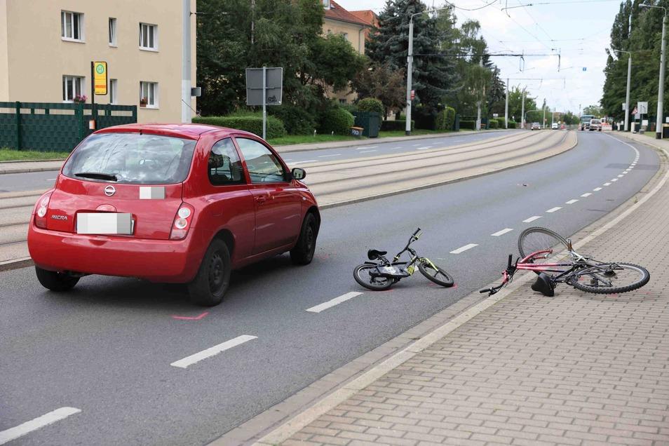 Ein junger Radfahrer ist am Donnerstag auf der Bodenbacher Straße in Dresden von einem Auto angefahren worden.