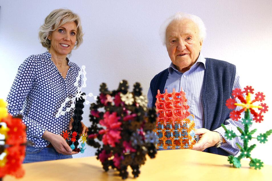 Peggy Meißner und Wolfgang Schubert zeigen das Spiel Steck-Igel, das in ihrer Firma in Großröhrsdorf entwickelt wurde.
