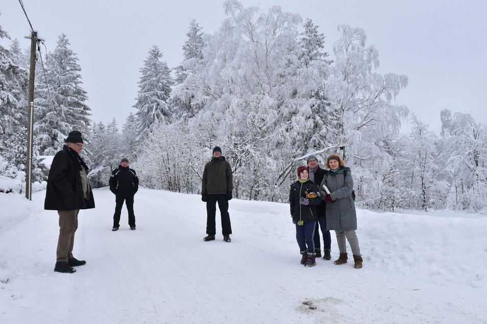 Anja Krupop (l.) und Rudolf Krupop, Jens Reinsch, André Stecker und Georg Backhaus aus Waldidylle wollen verhindern, dass der Wald am Falkenhorstweg in Bauland umgewandelt wird.