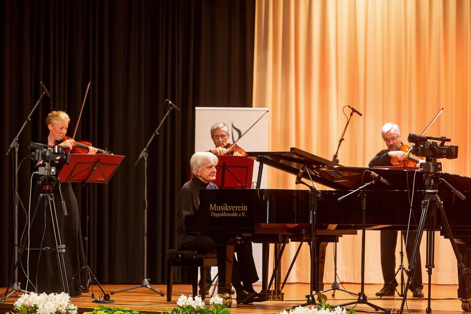 Auf der Bühne, aber vor leeren Rängen spielte Pianist Peter Rösel gemeinsam mit den Dresdner Kapellsolisten. Am Ende gab es für sie von draußen sogar ordentlich Applaus.