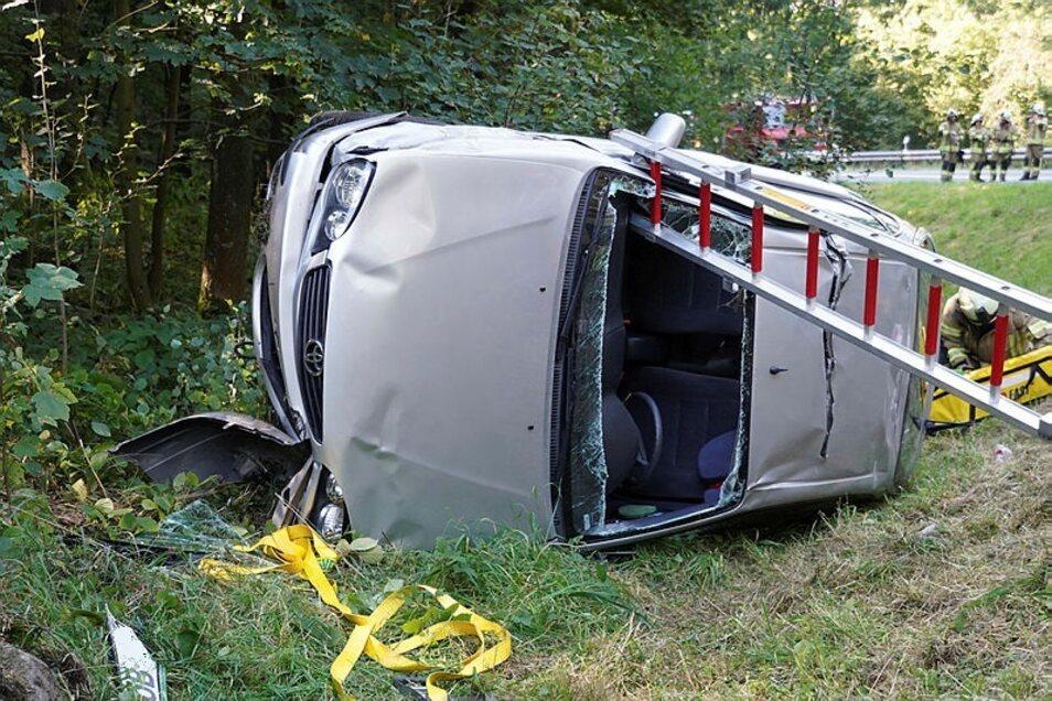 Ein Toyota hat sich am Dienstag auf der B 96 am Wurbisberg überschlagen.