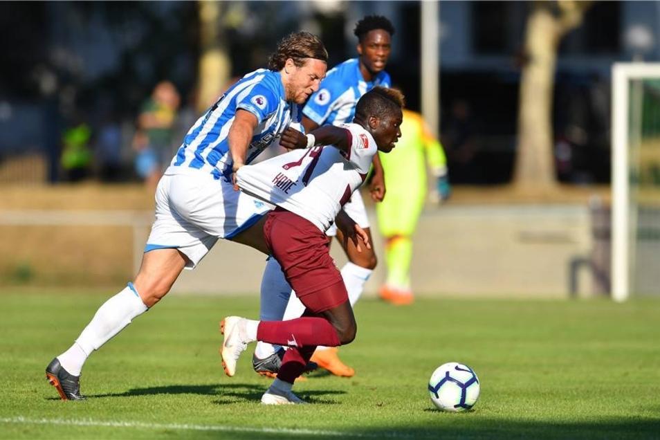 Hefele spielt mit vollem Einsatz gegen Dresdens Moussa Koné (Dresden),