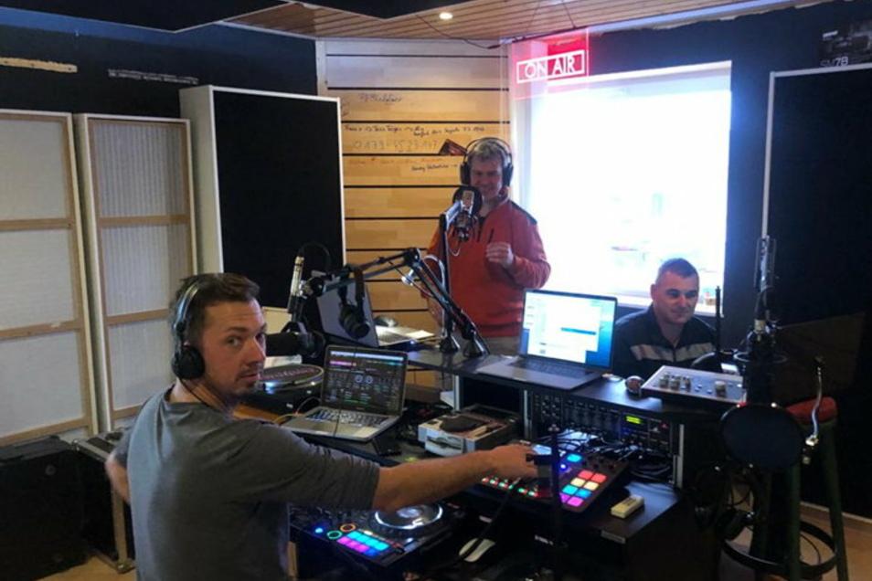 Auch Mirko Wendt (l.) baute sich daheim in Gelenau ein professionelles Tonstudio ein und streamt seitdem direkt live mit anderen DJ-Kollegen - vor allem Sonnabendnacht. Sein Club Mono in Bautzen ist seit März geschlossen.