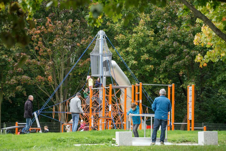 Die orangenen Turngeräte können zum Fitnesstraining genutzt werden.