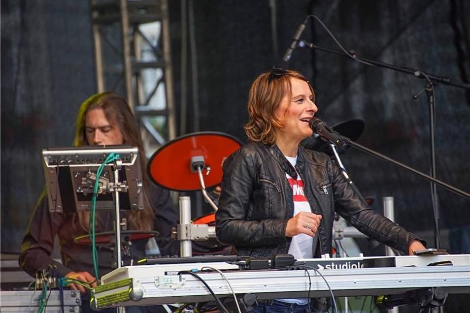 Black Bird aus Berlin, vorn Ivonne Fechner, hinten an den Drums Niklas Nesselhut, spielten am Freitag.
