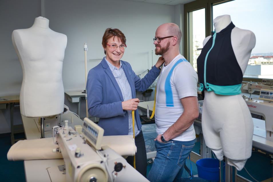 Damit geht nichts mehr schief, auch nicht der Mensch. Die Dresdner Textilingenieurin Birgit Mrozik hat ein Unterhemd entwickelt, das seinen Träger in die richtige Körperhaltung zieht.