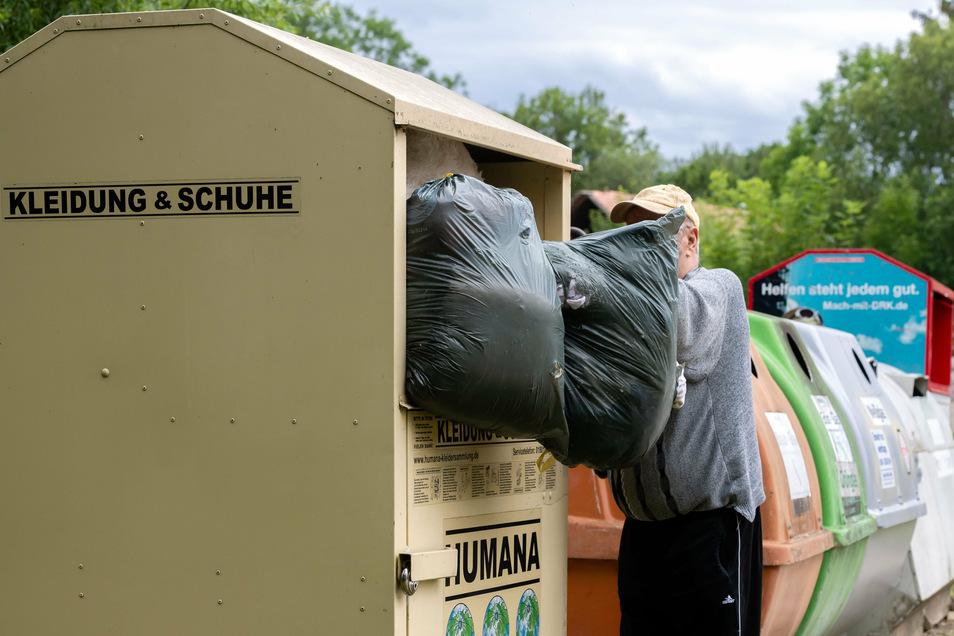 Wie hier in Göda quellen derzeit viele Altkleider-Container im Landkreis Bautzen über - auch weil Standorte weggefallen sind.