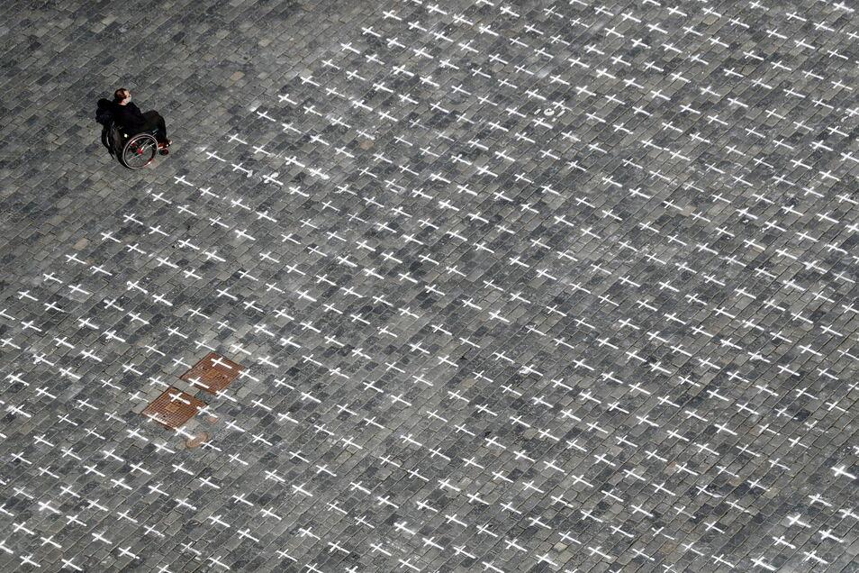 Prag: Tausende aufgemalte Kreuze auf dem Altstädter Ring zum Gedenken an die Covid-19-Toten.