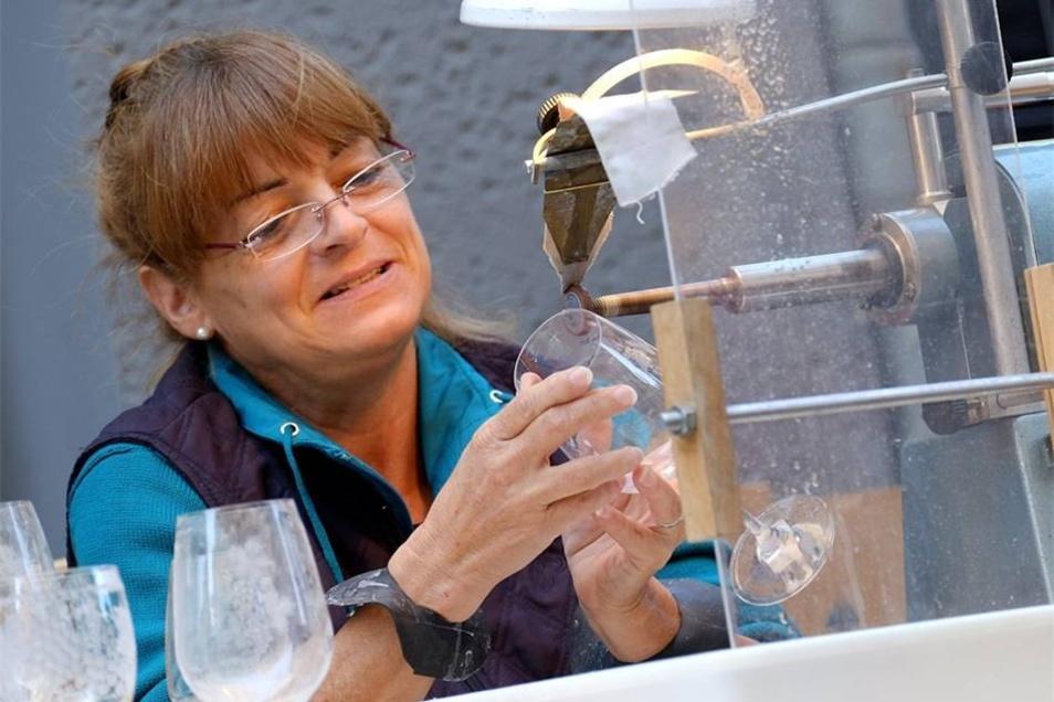 Marion Wichert von Meissener Bleikristall gravierte zum Weinfest Gläser.