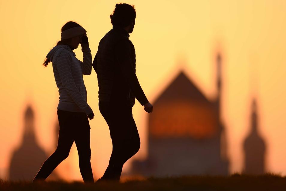 Für Erwachsene empfiehlt die WHO jede Woche mindestens zweieinhalb bis fünf Stunden Bewegung. Das sind rechnerisch im Schnitt mindestens 21 Minuten pro Tag.