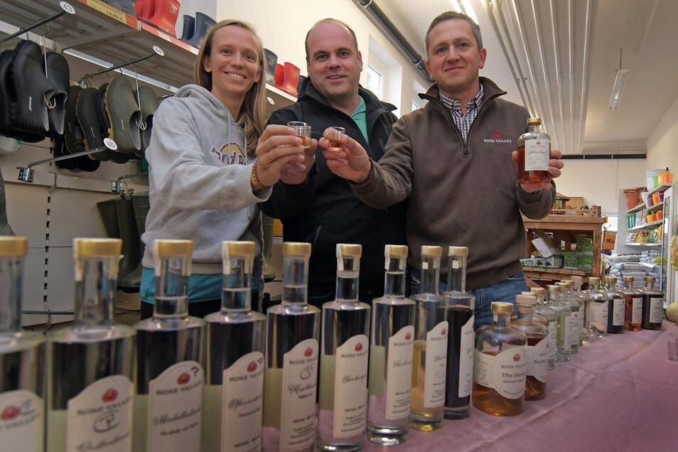 Virginie Bellmann und Sandro Böhm stoßen symbolisch mit Eric Brabant (re.) von der Feinbrand-Manufaktur aus Marbach auf einen guten Verkauf im Online-Shop an.