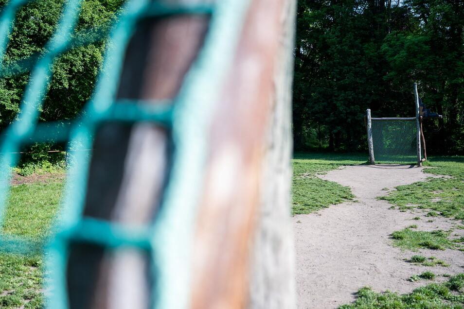 Die Fußballtore auf dem Spielplatz auf der Friedhofstraße müssen bald weg, weil sie morsch sind.